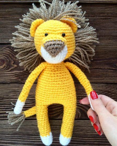 Free Crochet Lion Pattern - thefriendlyredfox.com | 560x448